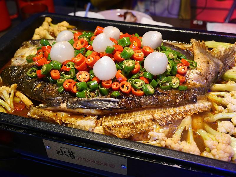 【新北中和美食】水貨炭火烤魚|四川魚火鍋水果入菜,不吃辣也可以品嚐川菜 @Maruko與美食有個約會